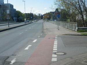 Der beispielsweise für Mütter mit Kinderanhänger kaum zu befahrende Fußweg geht hier in einen Rad/Fußweg mit Benutzungspflicht über...