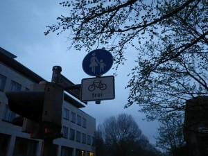 Denkste! Ist ein Fußweg. Aber sieht ja durch bauliche Abtrennung aus, als könnte es auch ein Radweg sein...